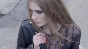 E actie Mooie jonge vrouw in stedelijk milieu stock footage