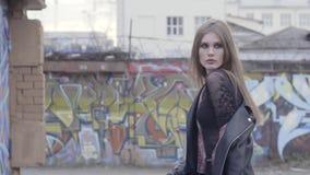 E actie Mooie jonge vrouw in stedelijk milieu stock video