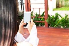 E affär och modernt socialt livsstilbegrepp fotografering för bildbyråer