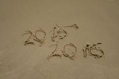 2015 e 2016 anni sulla spiaggia di sabbia Fotografia Stock