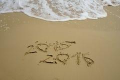 2015 e 2016 anni sulla spiaggia di sabbia Fotografie Stock Libere da Diritti