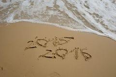 2015 e 2016 anni sulla spiaggia di sabbia Fotografie Stock