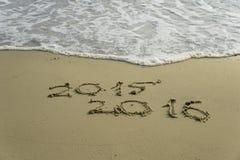 2015 e 2016 anni sulla spiaggia di sabbia Immagine Stock Libera da Diritti