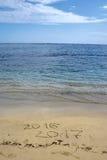 2016 e 2017 anni sulla spiaggia di sabbia Immagini Stock
