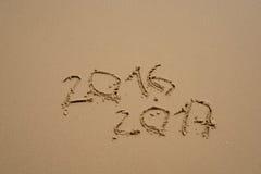 2016 e 2017 anni sulla spiaggia di sabbia Fotografie Stock Libere da Diritti