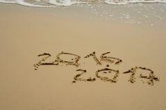 2016 e 2017 anni sulla spiaggia di sabbia Fotografia Stock Libera da Diritti