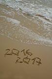 2016 e 2017 anni sulla spiaggia di sabbia Fotografia Stock