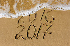 2016 e 2017 anos escritos no mar da praia Fotografia de Stock Royalty Free