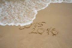 2015 e 2016 anos na praia da areia Imagem de Stock Royalty Free