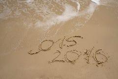 2015 e 2016 anos na praia da areia Foto de Stock