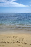 2016 e 2017 anos na praia da areia Imagens de Stock