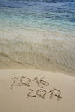 2016 e 2017 anos na praia da areia Foto de Stock
