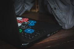 E Apego de jogo no Internet Dinheiro da vitória que joga o pôquer em linha imagem de stock royalty free