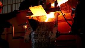 E Arbetare på produktion metallurgy Tung bransch Belägga med metall hårt arbete tre arbetare lager videofilmer