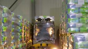 E Att stapla för gaffeltruckchaufför konserverar stora packepaletter med förbi lager videofilmer