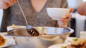 E autentisk kinesisk kokkonst stock video