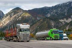 E45 autostrada, Austria - 21 ottobre 2016: I camion hanno parcheggiato in un parcheggio nelle alpi Immagine Stock Libera da Diritti