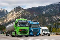 E45 autostrada, Austria - 21 ottobre 2016: I camion hanno parcheggiato in un parcheggio nelle alpi Immagine Stock