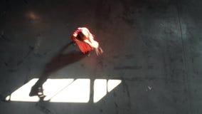 E Ballerina der jungen Frau, die akrobatische Elemente durchf?hrt stock video footage
