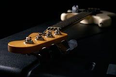 E-Bass-Gitarrenspindelkasten auf schwarzem ledernem schwerem Fall Stockfotografie