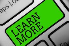 E Begriffsfoto vertiefen Wissen der Sache, die Sie tun möchten oder neue Fähigkeit Tastaturgrün-Schlüssel Absicht lizenzfreie abbildung