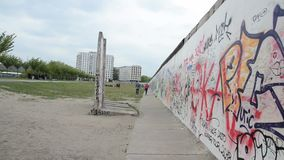 E Berlin Wall era muro di cemento che separa Berlino in orientale e archivi video
