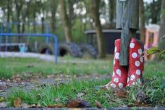 E bianca stivali di gomma punteggiati Polka rossa Fotografie Stock Libere da Diritti