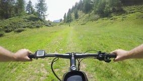 E-bicicleta da equitação do homem do POV depois da mulher do amigo Ciclista da ação de Mtb que explora junto o trajeto da fuga de vídeos de arquivo