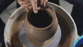 E Bildhauer in der Werkstatt stellt Krug aus Lehm heraus her stock video