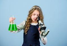 E Bilogyles van de kindstudie Ontdek toekomst Onderwijs en kennis wetenschapsonderzoek naar laboratorium klein royalty-vrije stock afbeeldingen