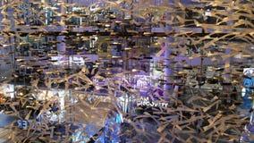 E Binnenland van een groot modern winkelcomplexcentrum decoratief stock video