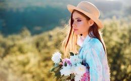 E Blumen Reise im Sommer Sommermädchen mit dem langen Haar gelbes und grünes Konzept Frühjahr und Ferien frech lizenzfreies stockbild
