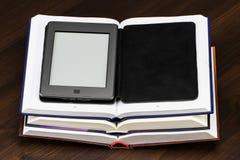 E-boek en oude boeken Nieuwe technologieën in boek het publiceren stock foto