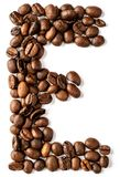 E-bokstav som göras från isolerade kaffebönor på vit bakgrund royaltyfri fotografi