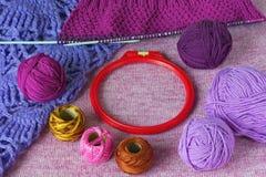 E Bolas brillantes de las lanas, agujas que hacen punto, géneros de punto, tambour Imagen de archivo libre de regalías