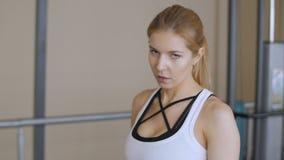 E Boxeador de la mujer que se prepara para la lucha Una mirada en el enemigo r almacen de metraje de vídeo
