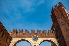 E BrÃ门  是门户到维罗纳沿中世纪墙壁修造连接广场Brà  免版税库存照片