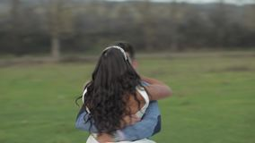 E Bruidegom en bruid in liefde stock footage