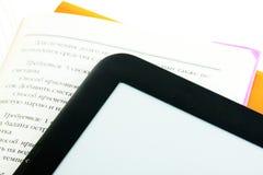 E-Buch Leser mit Büchern lizenzfreie stockbilder