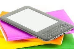E-Buch Leser mit Büchern lizenzfreie stockfotos