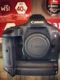 E Canon EOS 1D MERKT 2 DSLR camera wordt getoond in de cameraopslag op MBK-Centrum stock foto's