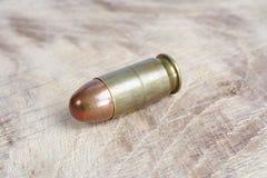 E cartucho de 45 calibres em de madeira Imagem de Stock