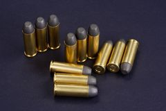 E 45 cartuchos do revólver que datam a 1872 no preto Imagens de Stock Royalty Free
