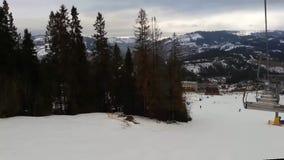 E chairlift r Skifahrer und Snowboarder stock video footage