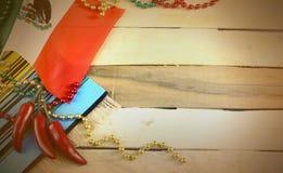 E 与墨西哥国旗和红色chilis的红色,绿色和金小珠 库存照片