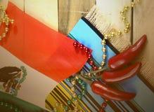 E 与墨西哥国旗和红色chilis的红色,绿色和金小珠 库存图片