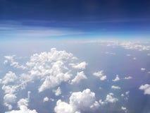 E Ciel nuageux Beaux nuages dans le ciel bleu r Texture de ciel photos stock