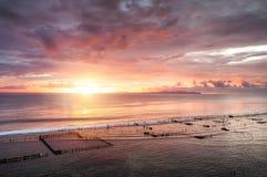 E Cielo y reflexiones en el agua en el verano Rayos de Sun durante la salida del sol r foto de archivo libre de regalías