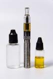 E-Cig de Vape y botellas del jugo del vape imagen de archivo