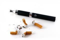E-cigarett och stumpar arkivfoto